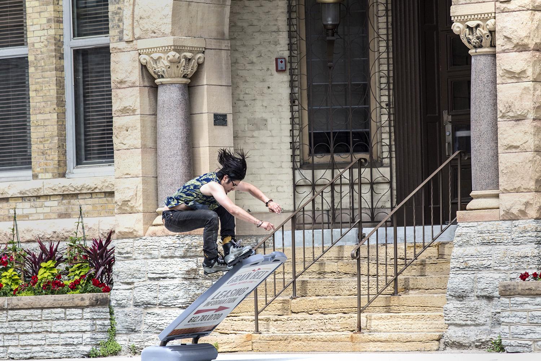 grind up the sign - Skateboard Deckbank